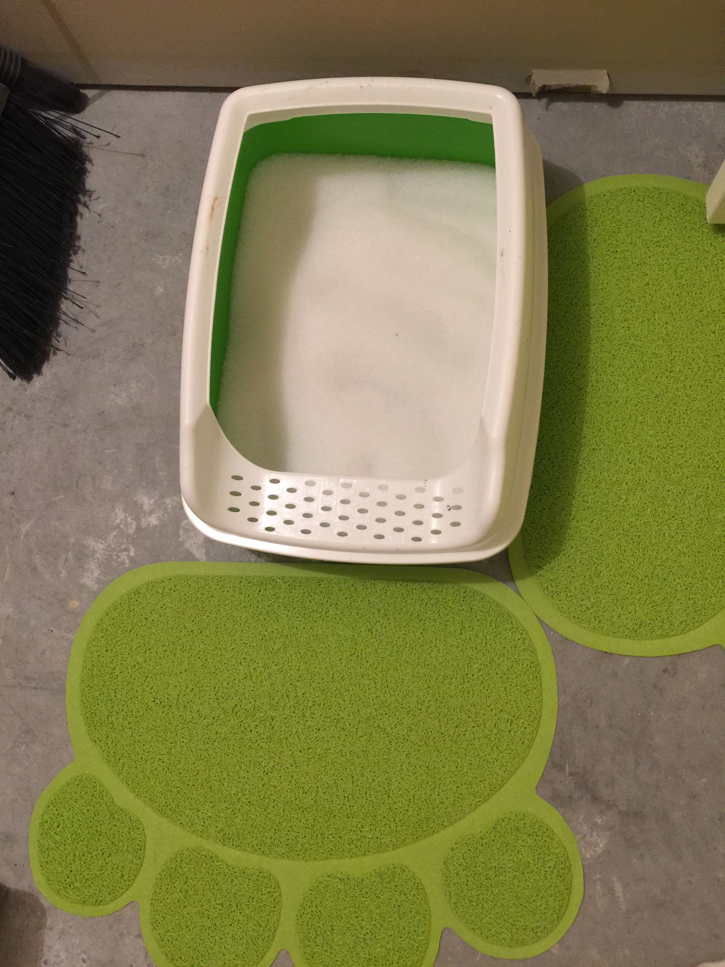 Two Meows Cat Litter Box With Almost Invisible Cat Litter
